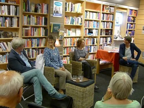 Rodetafelgesprek O .l .v . Hanneke Marttin In Heemstede Bij Boekhandel Blokke Met Jan Van Der Haar , Inge Kok En Elly Schippers