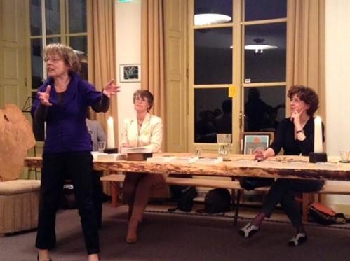 Liesbeth Van Nes Vertelt In Zutphen . Op De Achtergrond Inge Kok En Pietha De Voogd